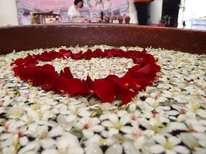 五月白雪紛飛情景,片片桐花是情人互相傾訴情意的耳語  年度:2012