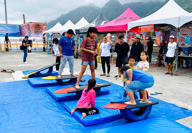 遊客體驗陸上衝浪平衡遊戲  年度:2019  來源:臺東縣政府