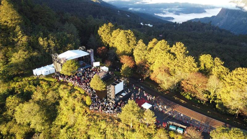 在對高岳觀日平台沉浸優美音樂迎接曙光  年度:2020  來源:林務局嘉義林區管理處