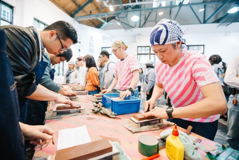 臺灣文博會推出工藝現場活動,邀臺日職人帶領民眾體驗工藝製作的技法與樂趣。  年度:2017