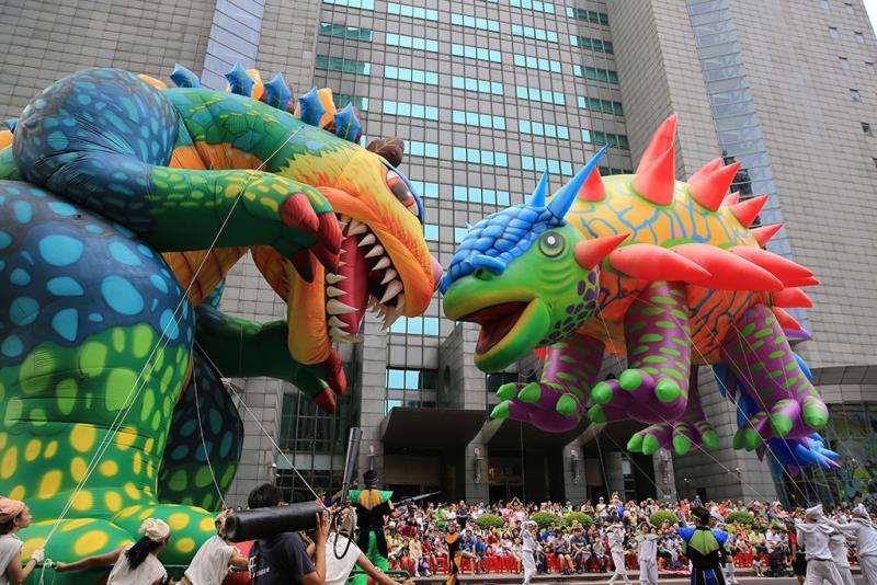 新北市兒童藝術節踩街遊行,巨龍與小朋友們互動,嗨翻全場。  年度:2018  來源:新北市政府文化局