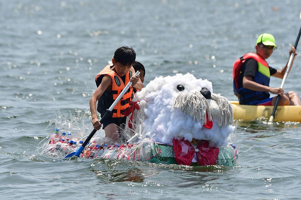 東隆國小以狗年為主題以廢棄拖把製作狗造型環保船  年度:2018  來源:大鵬灣國家風景區管理處