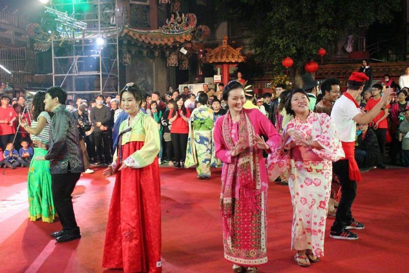 邀請各國交換學生一起瘋媽祖,學華語