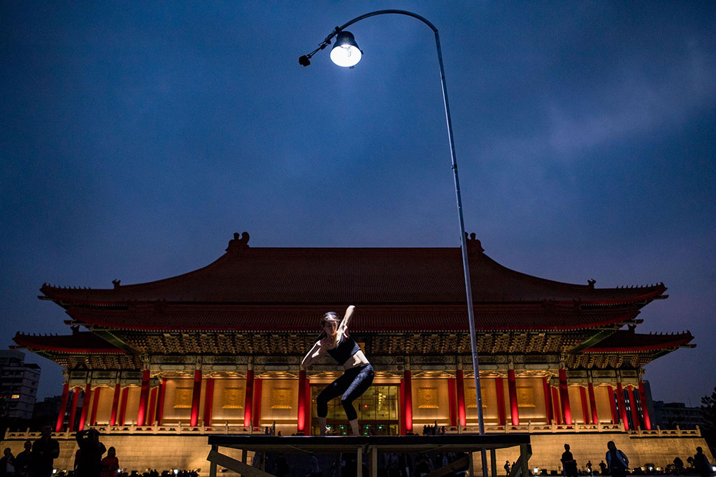 驫舞劇場蘇威嘉《自由步-一盞燈的景身》  年度:2019  作者:周嘉慧  來源:文化部