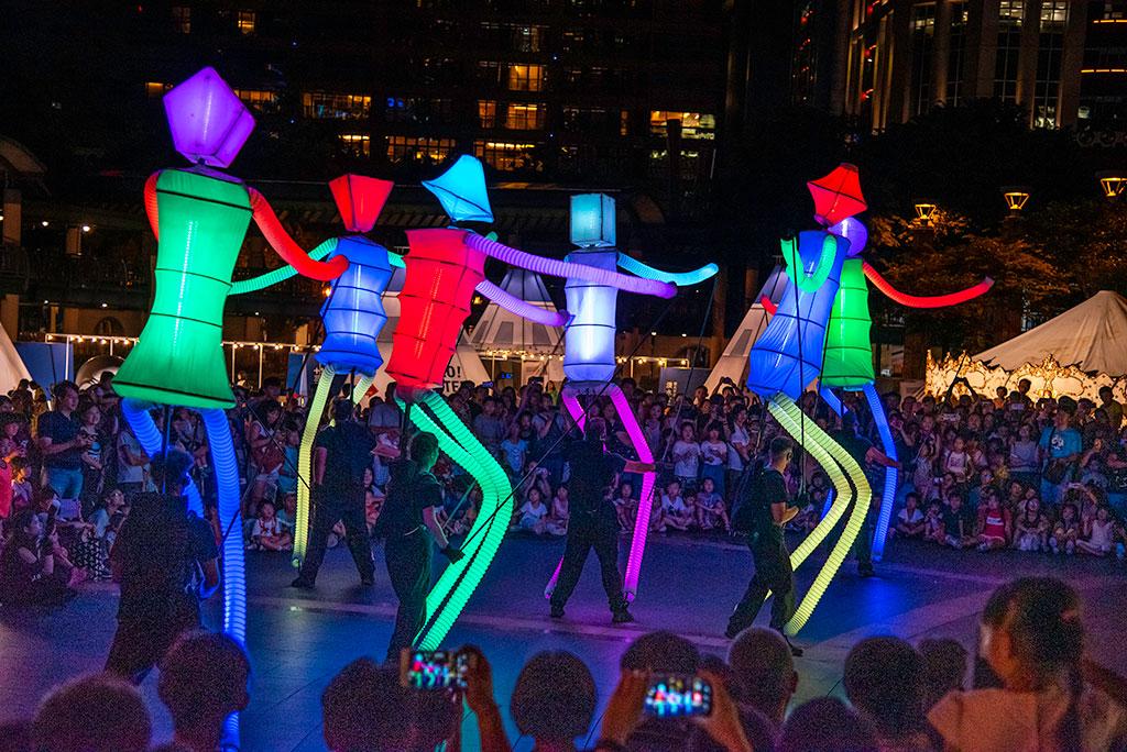 來自西班牙的高達4米的巨型人偶「Big-Dancers」現場與小朋友同樂。  年度:2019  來源:新北市政府文化局