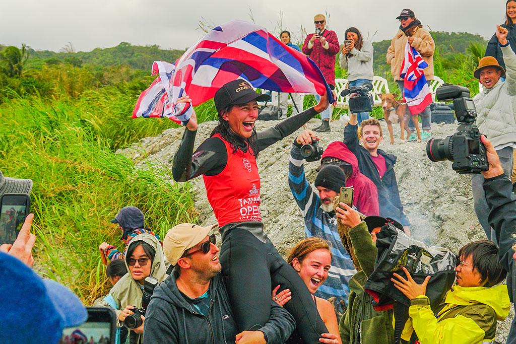 世界長板女子總冠軍-夏威夷選手Honolua Blomfield(霍諾魯阿.布萊姆菲爾德)  年度:2019  來源:臺東縣政府