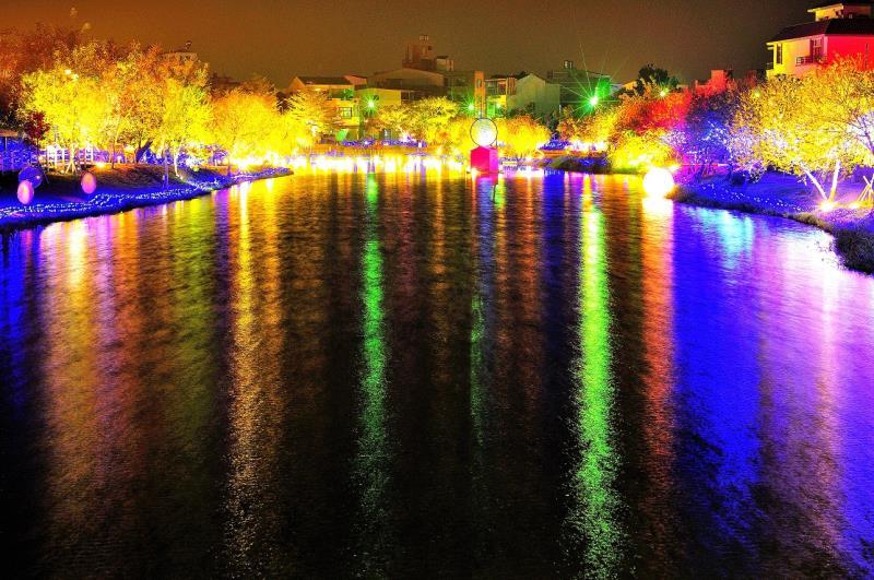 月津港燈節,港邊兩岸的璀璨燈火在夜裡光亮奪目,古老的月港風華再現,多了幾分摩登的現代感  年度:2012