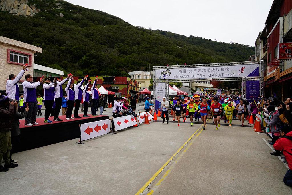 地方首長於開跑時為跑者們加油打氣  年度:2019  來源:連江縣交通旅遊局