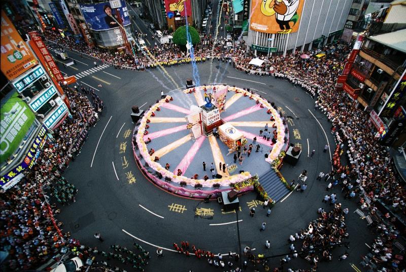 中央噴水池化身蛋糕舞台,踩街人潮熱鬧非凡  年度:2011