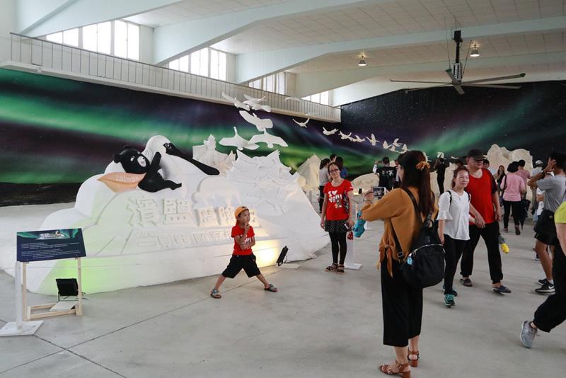 民眾參觀室內鹽雕展  年度:2019  來源:雲嘉南濱海國家風景區管理處
