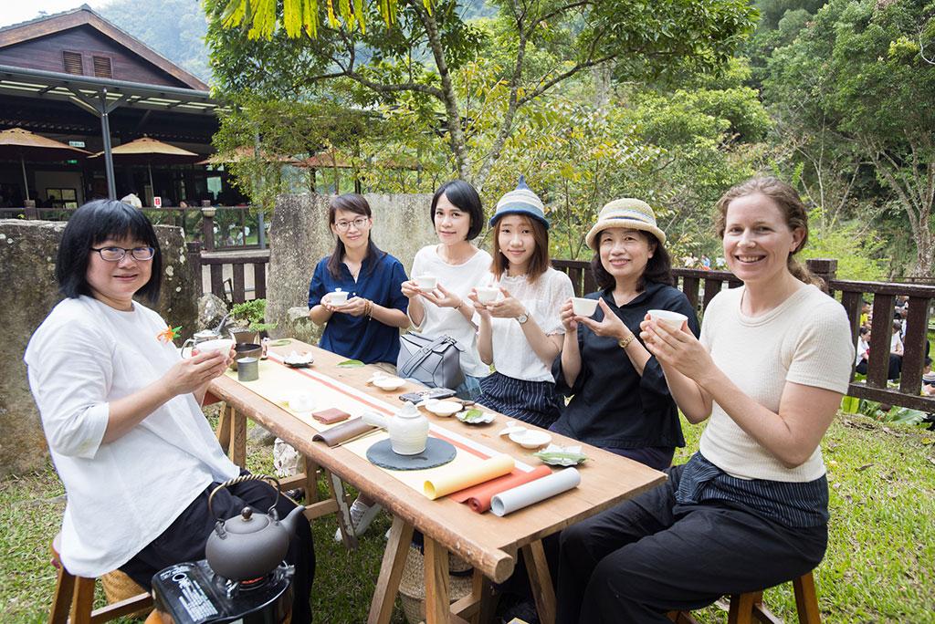 活動賽事搭配推廣茶席體驗遊程,在療癒的森林裡進行步道解說,體驗大地茶席,感受地景與人文互動下的茶席情境氛圍,並享用在地特色料理。  來源:阿里山國家風景區管理處