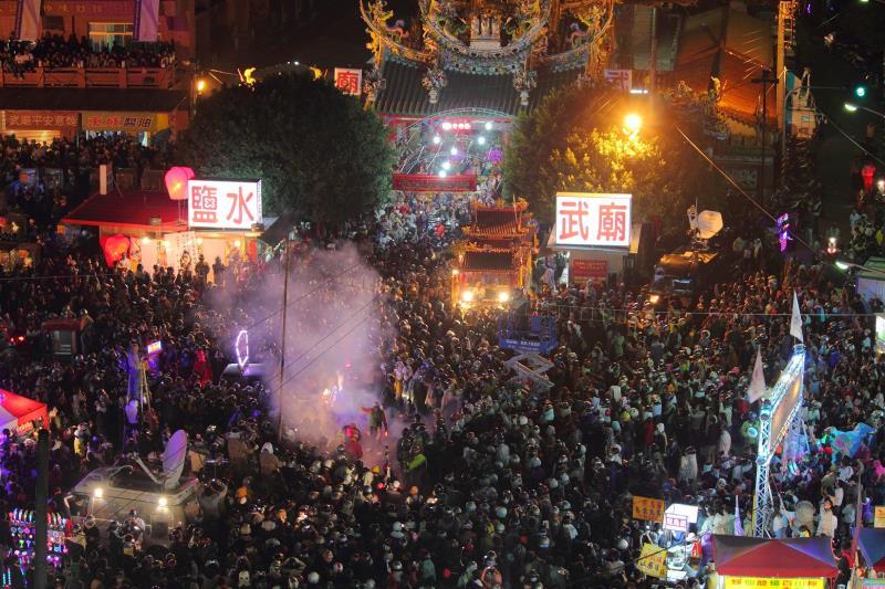 每到元宵節,鹽水這個古樸的小鎮因為蜂炮而光芒閃耀,上萬名遊客參與,一夕之間彷彿化身為不夜城  年度:2012