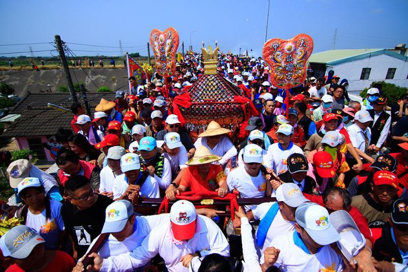 Believers go under a table in a religious fair  Período annual:2019  Origen de las fotografías:Dajia Jenn Lann Temple
