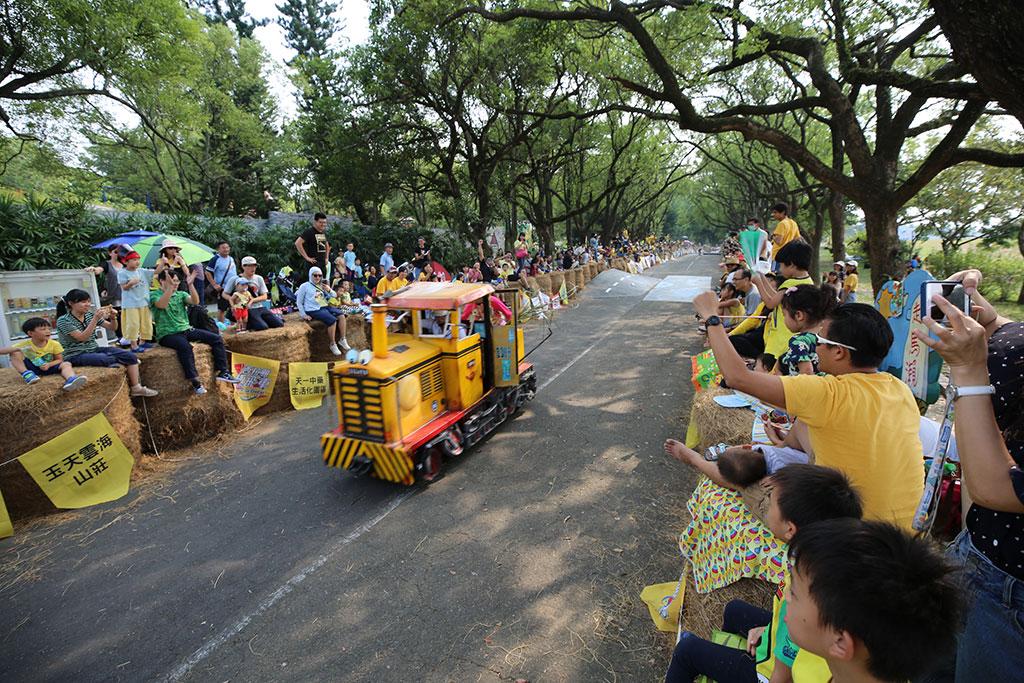 高速前進的火車,奔馳於賽道中,英姿煥發。  年度:2019  來源:西拉雅國家風景區管理處