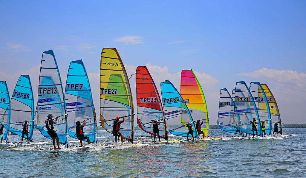 「風帆橫渡小琉球錦標賽暨繞灣賽」是帆船界年度盛事,大規模各式帆船齊聚大鵬灣競技,正因為大鵬灣灣域有風無浪,是認識帆船入門最佳場域。  年度:2018  來源:大鵬灣國家風景區管理處