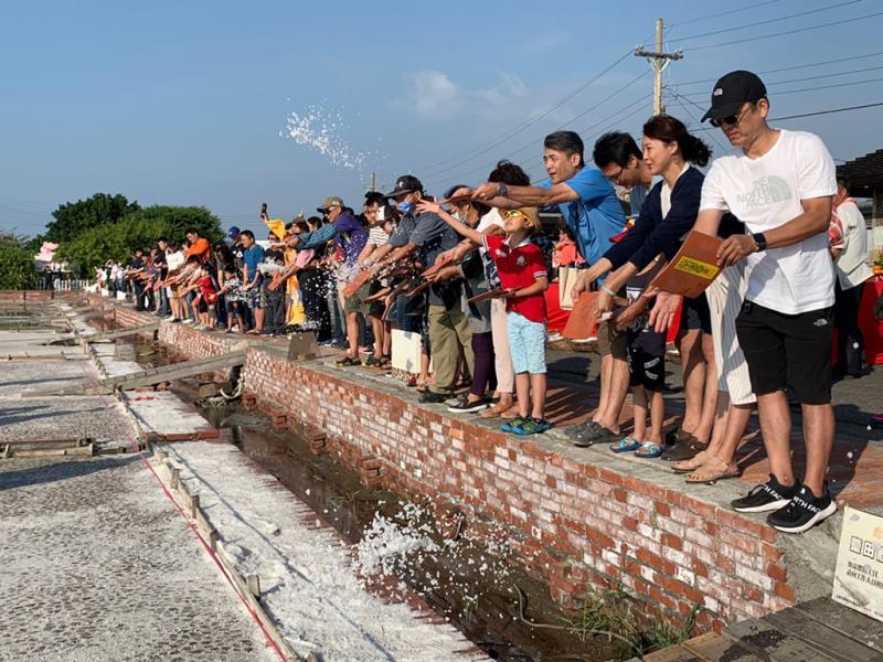 遊客一同參加返本還鹽儀式  年度:2019  來源:雲嘉南濱海國家風景區管理處