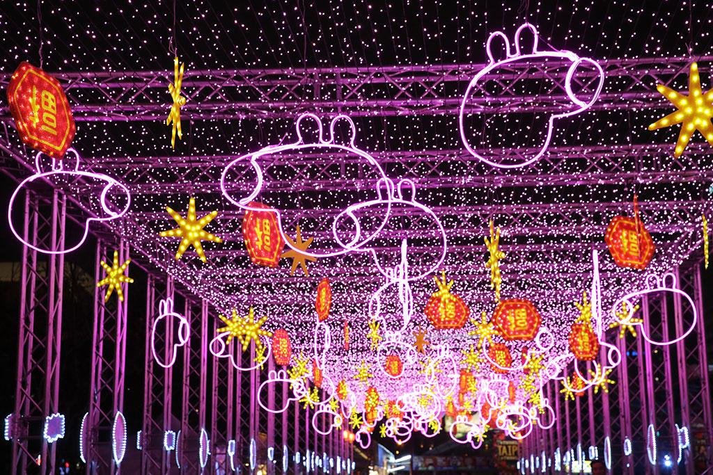 我愛佩佩豬燈區,吸引許多大小豬粉前來合影  年度:2019  來源:臺北市政府觀光傳播局