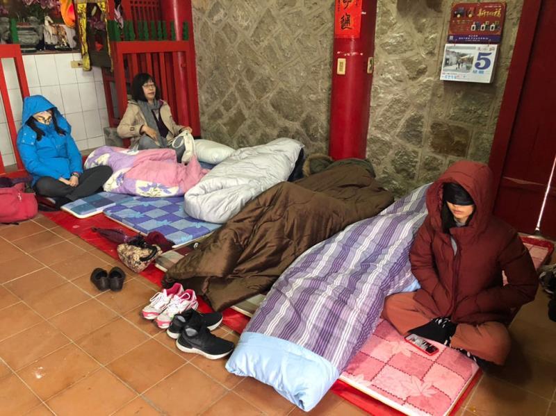 芹壁二十九暝,龍角峰民眾睡廟裡祈夢,據說相當靈驗  年度:2019  來源:連江縣交通旅遊局