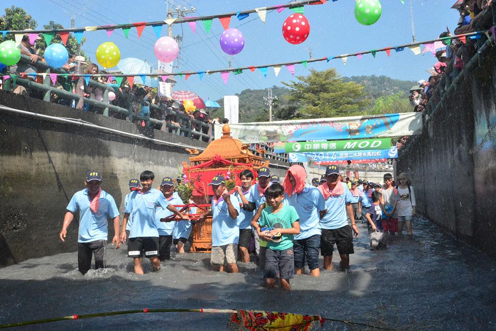 神轎跑水  年度:2016  來源:彰化縣政府