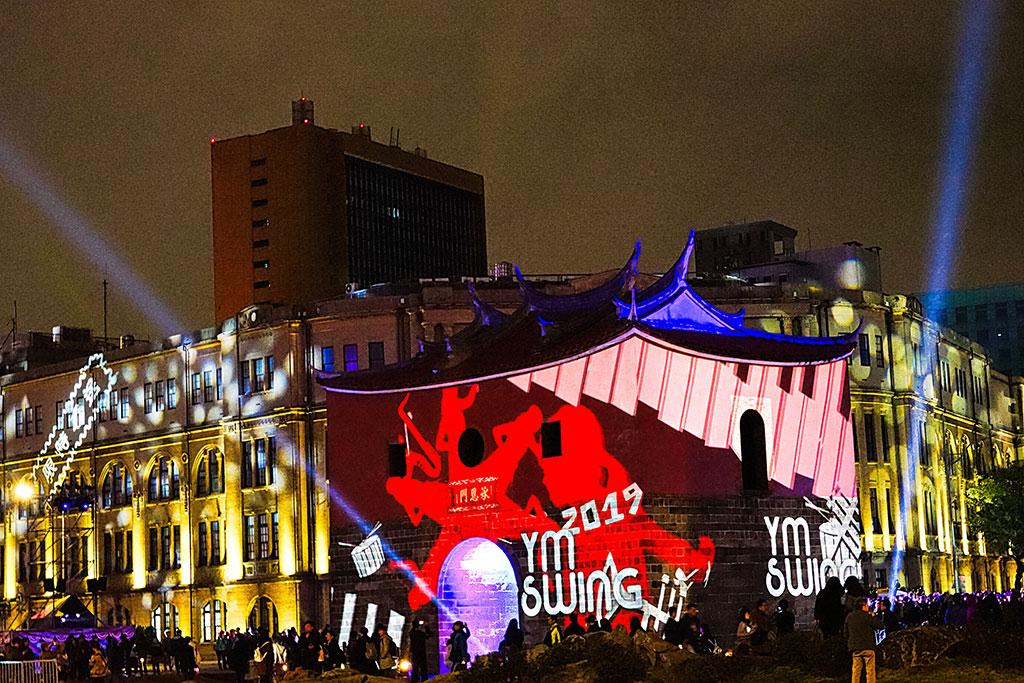 結合音樂與舞蹈的「搖擺北門」,讓台北城的風華歲月透過光雕投影與演員演繹,帶來全新視聽覺饗宴  年度:2019  來源:臺北市政府觀光傳播局