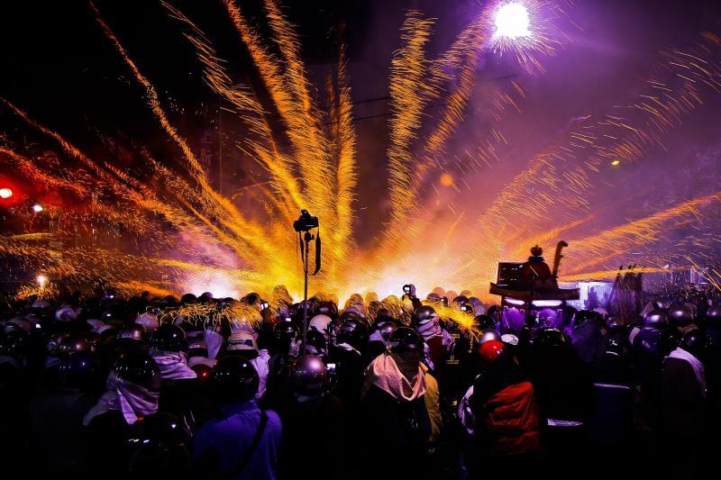遠近馳名的鹽水蜂炮,是每年元宵節台灣最重要的宗教民俗慶典之一,吸引數以萬計的遊客湧入鹽水小鎮  年度:2012