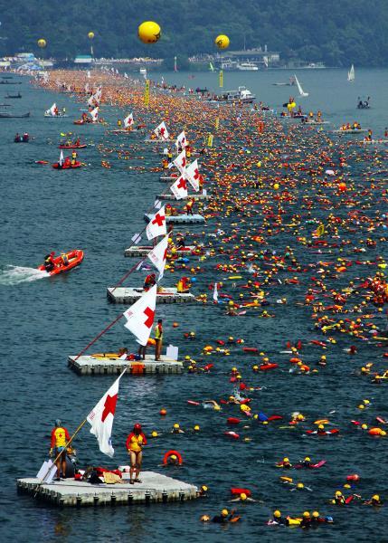 萬人泳渡盛況  年度:2011  作者:張文菁