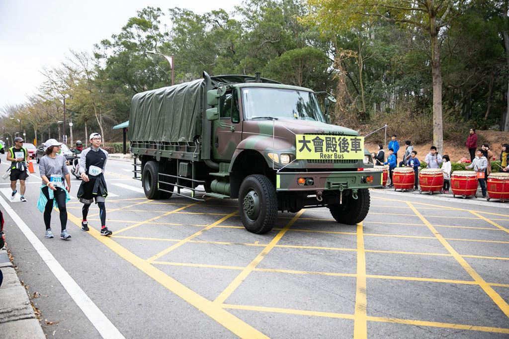 本年度大會殿後車為軍用卡車,許多民眾表示:「好想被回收上車唷!」  年度:2019  來源:金門縣政府
