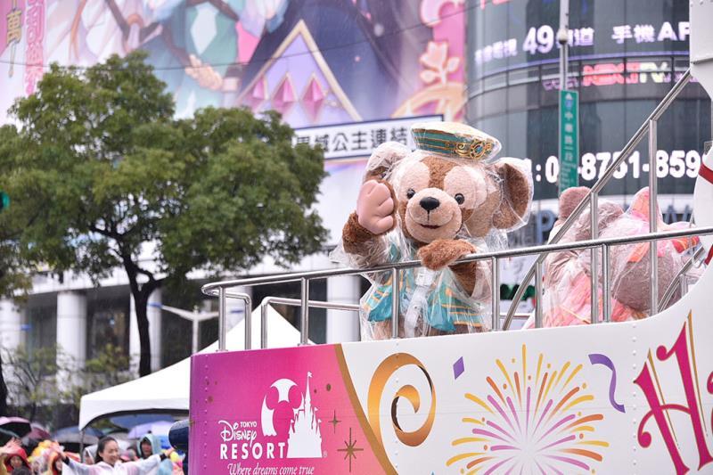 臺北燈節遊行活動中,最令大家驚喜的就是東京迪士尼度假區達菲與雪莉玫的出現,引起現場粉絲驚聲尖叫!  年度:2019  來源:臺北市政府觀光傳播局