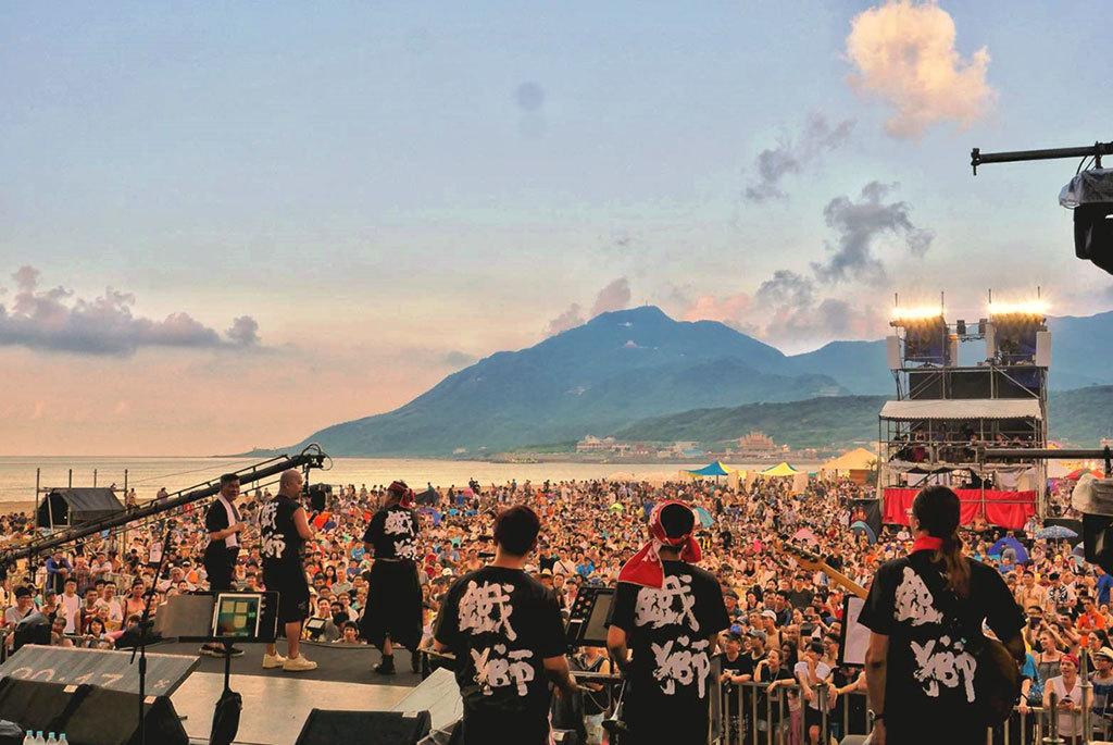 彭恰恰與許效舜的「鐵獅亮光樂團」成為年齡最長在海祭舞臺上表演的樂團  年度:2018  來源:新北市政府觀光旅遊局