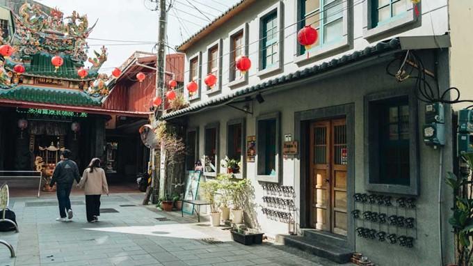 Otro viejo edificio y un pequeño templo  en la vecindad de la calle Xinyi