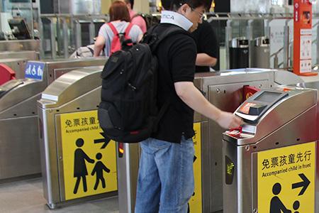 購票後插入車票後,由閘門左側進入候車月臺等待列車來臨