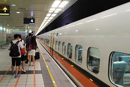 進入候車區,在月臺上等待列車來臨