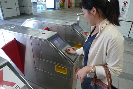 Al bajar del tren introduzca el boleto en la ranura de la puerta de salida. Escanée el boleto o la tarjeta YouYou para salir