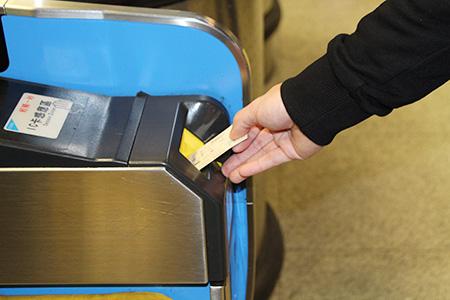 購票後插入車票後,由閘門左側進入候車月台等待列車來臨