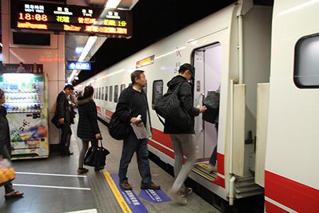 進入候車區,在月台上等待列車來臨