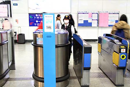 下車後由閘門右方插入票卡離開車站,車票由票口回收