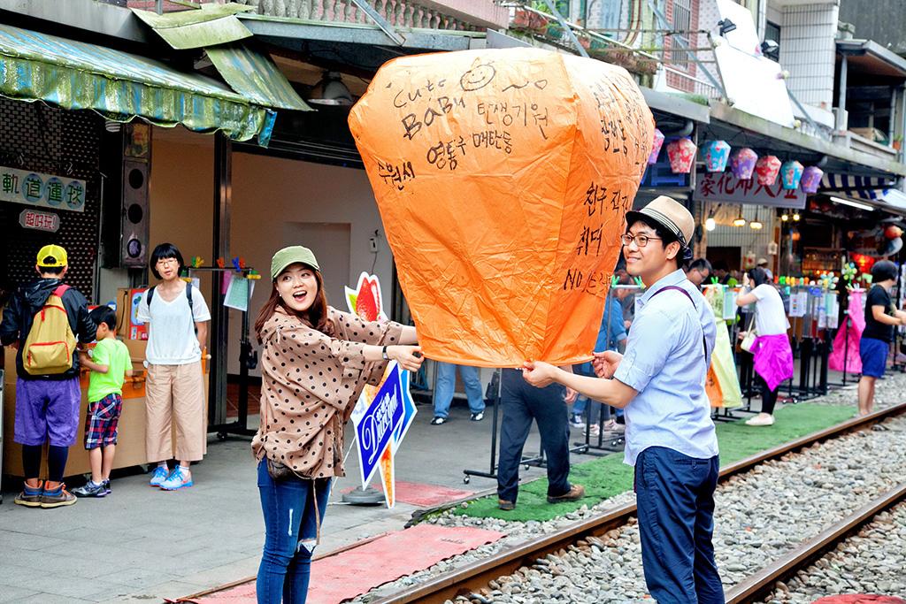 外國遊客遊平溪放天燈